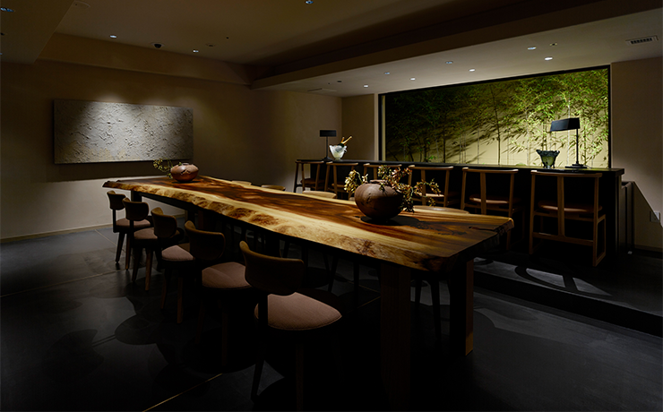 Enjoy a drink from the carefully curated menu as you look out on the picturesque bamboo grove beyond the floor-to-ceiling window at this stylish hotel branch of Miyagawa-cho wine bar Oumi-E.