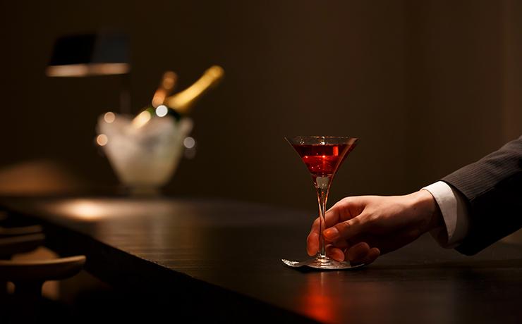 ホテルの一角に、ひっそりとお茶屋のように佇む「バー近江栄」。あなただけの上質な時間をお過ごしください